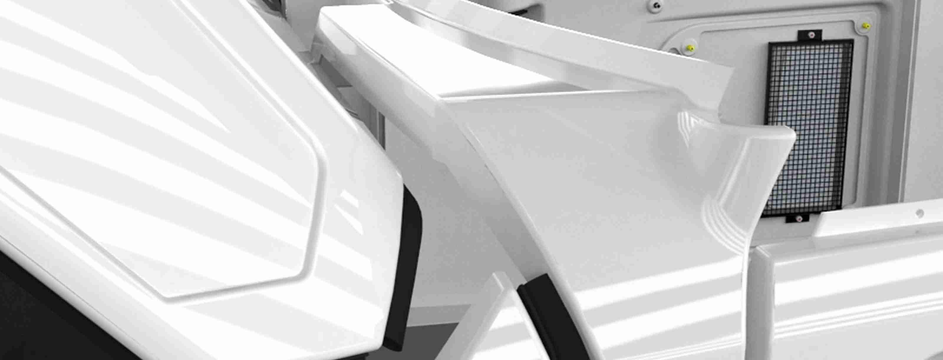 Pièces en plastiques intérieures et extérieures pour véhicules industriels et boitiers pour machines et matériel mécanique